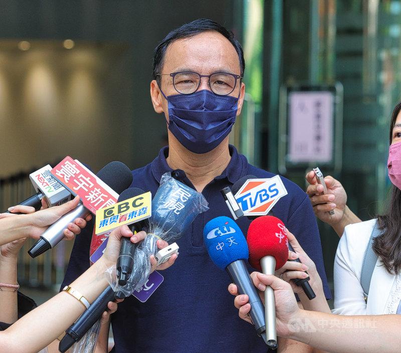 宣布參選國民黨的前新北市長朱立倫(圖)5日前往電台接受廣播節目專訪,並於會後接受媒體聯訪。中央社記者謝佳璋攝  110年8月5日