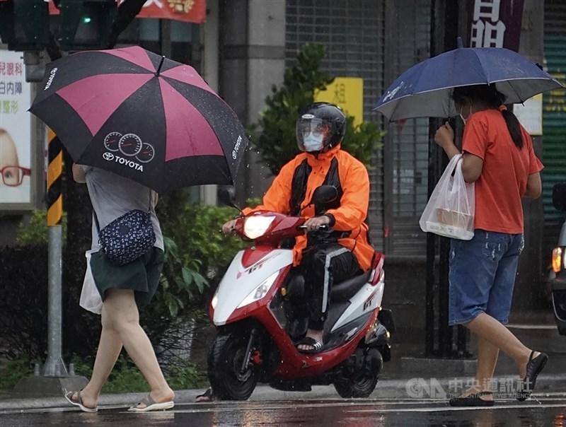 颱風外圍環流5日影響台灣,為高雄帶來雨勢。中央社記者董俊志攝 110年8月5日