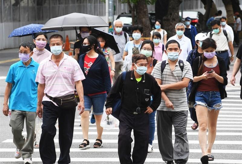 衛福部疾管署5日表示,國內疫情目前是低度流行,但社區仍有隱形傳播鏈,且降為二級警戒後,觀察到人流確有上升,要特別強調落實防疫措施。圖為民眾外出配合防疫戴好口罩。中央社記者施宗暉攝 110年8月5日