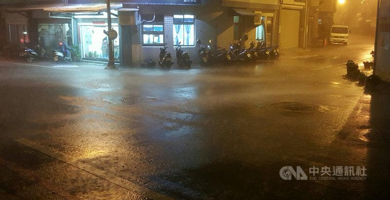受盧碧颱風外圍環流影響,澎湖6日清晨下起大雨,包括東吉嶼、望安與西嶼等3處觀測站所觀測雨量,都擠近全台100名之中,可見雨量驚人。中央社 110年8月6日