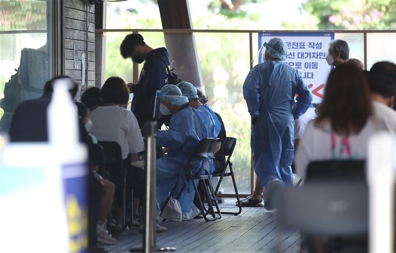 韓國5日再新增1704例COVID-19病例,政府6日宣布,考量到即將到來的連假可能造成疫情再度擴散,決定延長防疫措施。圖為首爾篩檢診所人滿為患。(韓聯社)