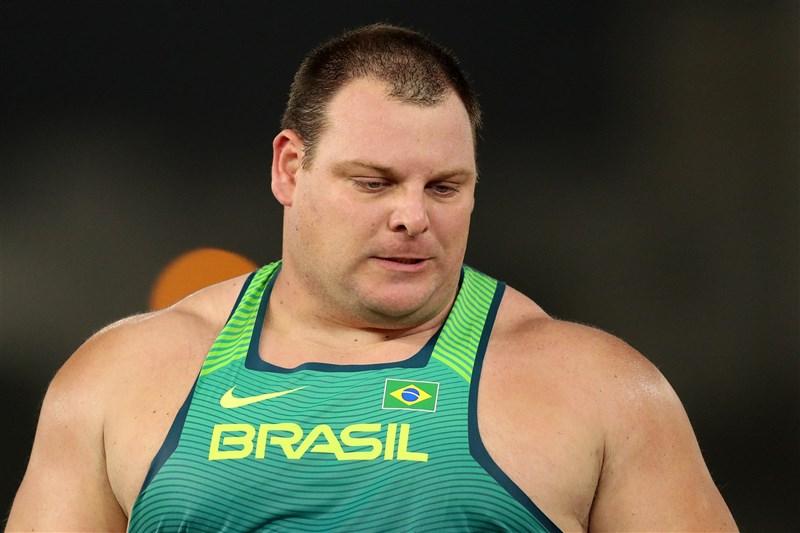 巴西鉛球選手羅曼尼5日在東京奧運男子鉛球項目獲得第4名,他脊椎受傷後動手術治療,又感染COVID-19,歷經艱難險阻終於到東京參加奧運並進入決賽。(圖取自twitter.com/JogosOlimpicos)