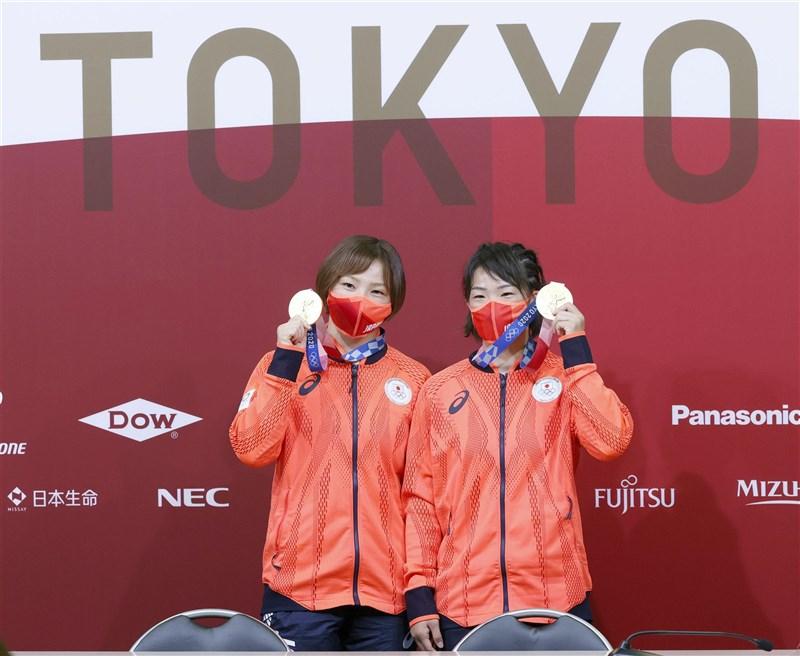 日本角力選手川井梨紗子(右)5日在東京奧運女子自由式57公斤級決賽中奪金,達成2連霸。她胞妹川井友香子(左)4日在62公斤級決賽奪金,創日本首度有姊妹在同屆夏季奧運奪金紀錄。(共同社)