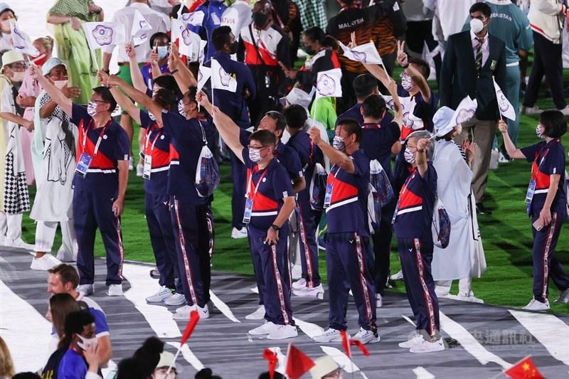 2020東京奧運閉幕典禮8日晚間在新宿國立競技場舉行,各國代表團成員齊聚同樂,現場彷彿一場大型派對,台灣代表團也開心在場中揮舞中華隊旗。中央社記者吳家昇攝 110年8月8日