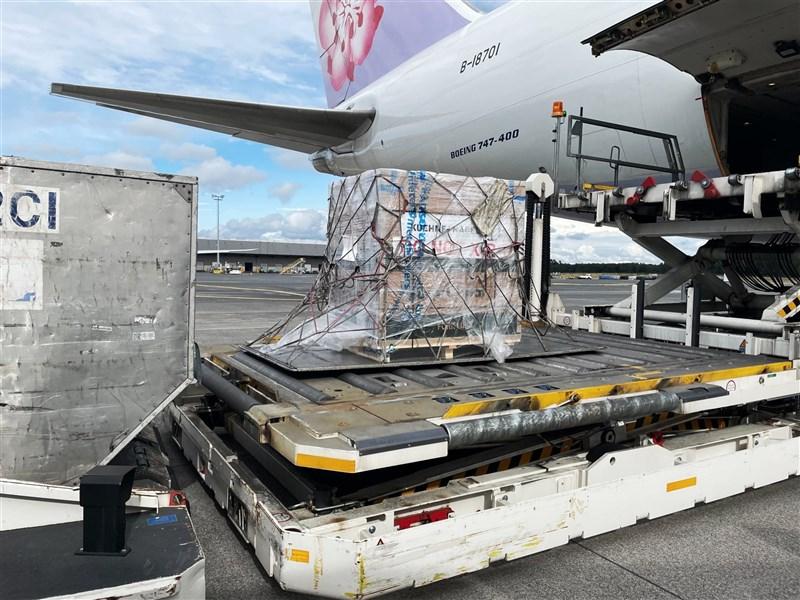 行政院長蘇貞昌8日說,政府採購的10萬劑莫德納疫苗,凌晨從盧森堡起飛,預計下午3時多抵達桃園機場。(圖取自facebook.com/gogogoeball)