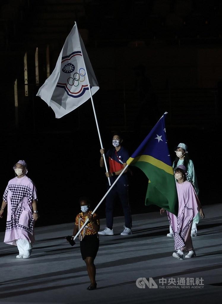 2020東京奧運賽程告終,閉幕典禮8日晚間在新宿國立競技場舉行,台灣有4名選手出席,皆是田徑代表團成員,其中陳傑為掌旗官,高舉中華隊旗進場。中央社記者吳家昇攝 110年8月8日
