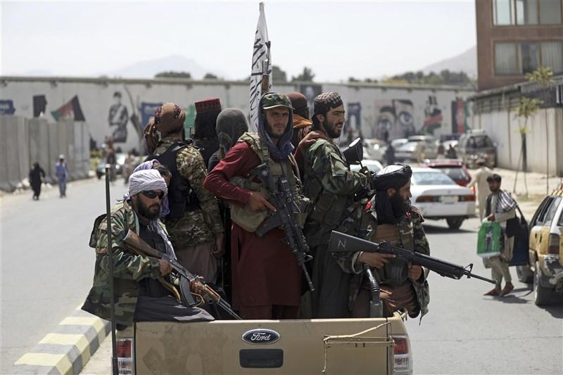 阿富汗在美國撤軍之際以奇快速度淪陷塔利班,原因眾說紛紜。圖為塔利班在喀布爾巡邏。(美聯社)