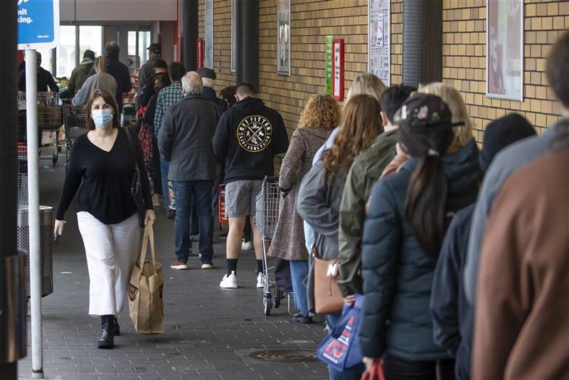 紐西蘭22日新增21例本土個案,境內Delta變異株疫情累計染疫人數增至72人。政府承認當前疫情難以遏制,先前訂下的「清零」目標可能無望實現。圖為奧克蘭民眾17日因應封城排隊上賣場。(美聯社)