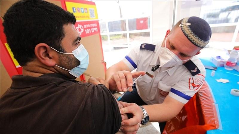 官員和科學家表示,以色列推行COVID-19追加劑施打計畫不到1個月,就看到被變種病毒Delta快速傳播推高的傳染率和重症率有下滑跡象。(安納杜魯新聞社)