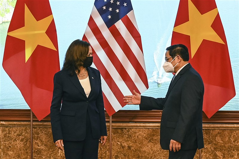 美國副總統賀錦麗(左)25日與越南總理范明政(右)會面。(美聯社)