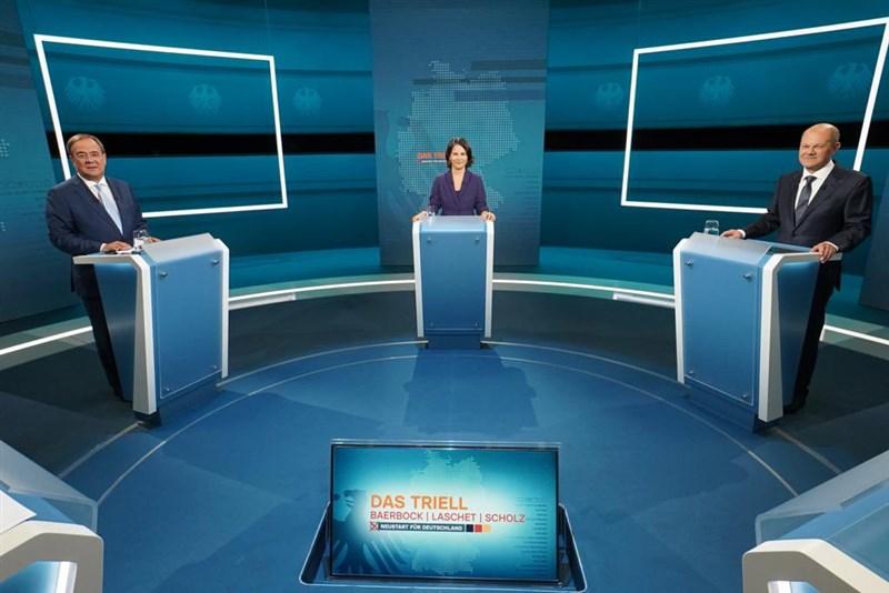 將在德國大選挑戰總理梅克爾大位的3名候選人29日進行第一場電視辯論會。(圖取自twitter.com/MediengruppeRTL)