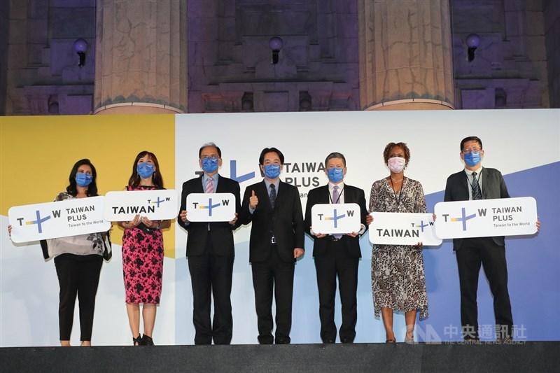 國際影音串流平台TaiwanPlus(Taiwan+)全球開播典禮30日舉行,副總統賴清德(中)、立法院長游錫堃(左3)、文化部長李永得(右3)、外交使節團團長聖克里斯多福及尼維斯大使哈菁絲(Jasmine Elise Huggins)(右2)、中央社董事長劉克襄(右1)、TaiwanPlus執行長蔡秋安(左2)及新聞中心主任Divya Gopalan(左1)出席。中央社記者裴禛攝 110年8月30日