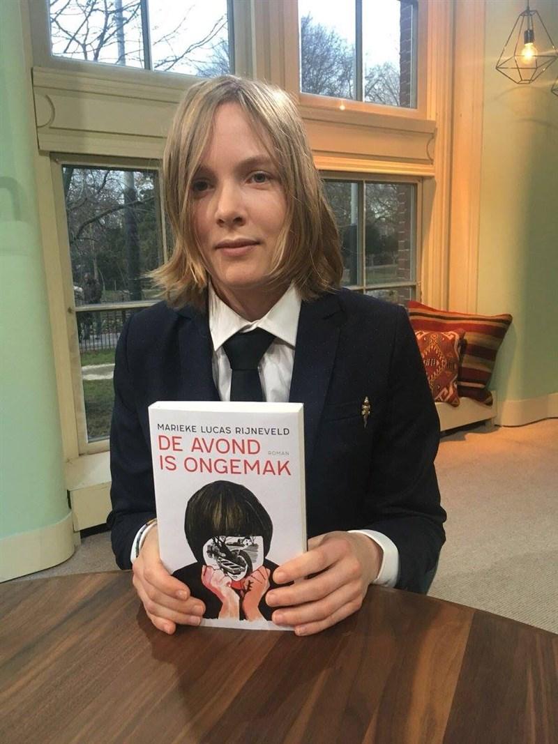 30歲荷蘭新銳作家瑪麗珂.盧卡絲.萊納菲爾德2020年以小說處女作《無法平靜的夜晚》拿下國際文壇盛譽──布克國際獎。(圖取自facebook.com/marieke.rijneveld.9)