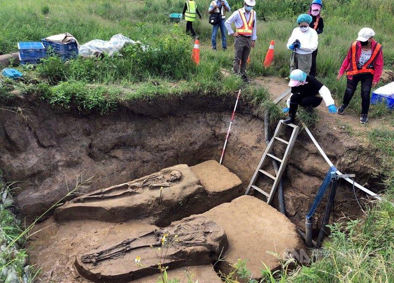 嘉義市鐵路高架化進度已3成多,今年挖到2具初判是2500年前先人,遺骸7日出土,點交給南科考古館暫存維護。中央社記者黃國芳攝 110年9月7日