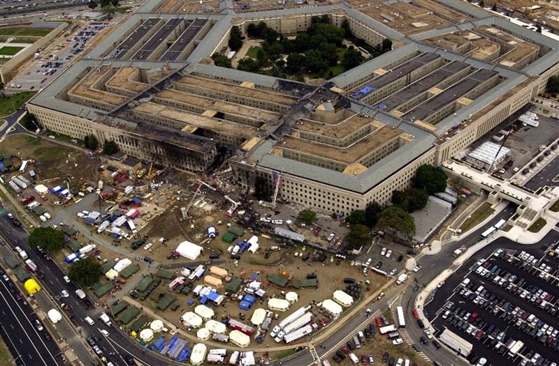 2001年9月11日,美國國防部五角大廈遭恐怖份子劫持的波音757客機撞擊,西側斷成兩半。(美國國防部提供)