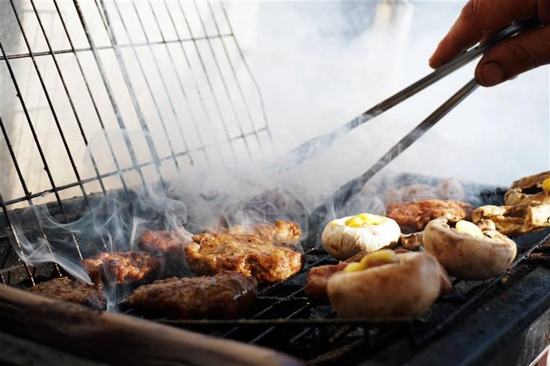 中秋節連假即將到來,中央社整理各縣市中秋烤肉防疫規定。(圖取自Unsplash圖庫)