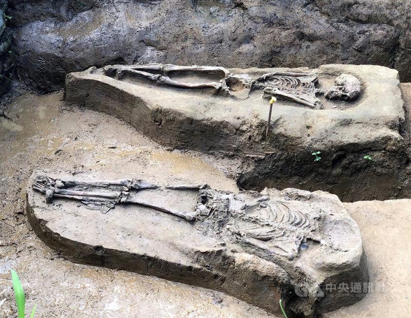 嘉義市鐵路高架化工程今年挖到2具初判是2500年前先人遺骸,嘉義市文化局指出2人是採俯身直肢葬法,在台南烏山頭遺址的大湖文化也有發現同樣葬式。中央社記者黃國芳攝 110年9月7日