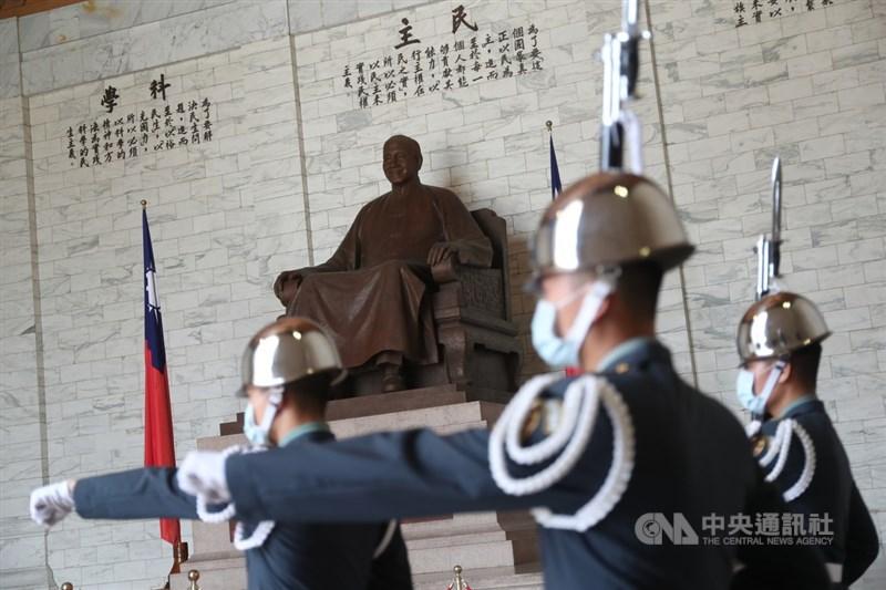 促進轉型正義委員會8日公布中正紀念堂轉型方案,提議之一是移除紀念堂內前總統蔣介石銅像,明年將提交政府批准。中央社記者吳家昇攝 110年9月8日