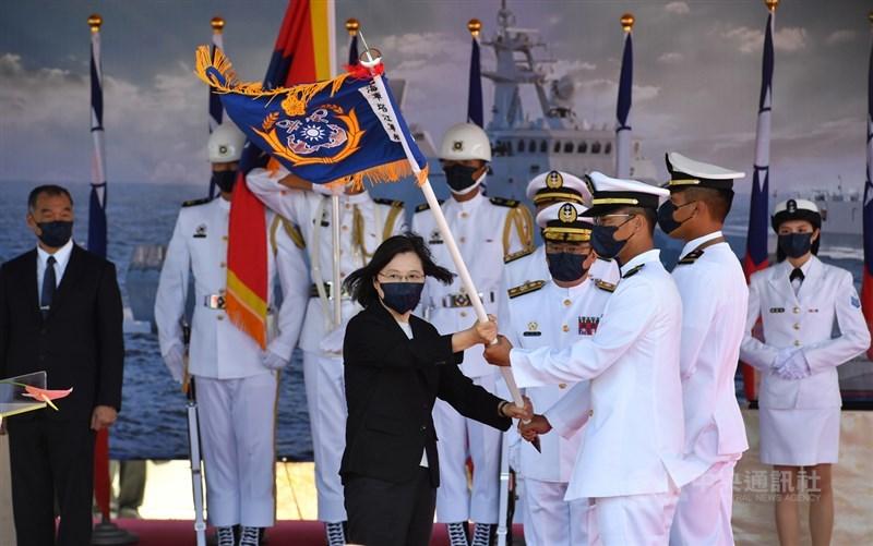總統蔡英文(前左)9日赴蘇澳中正基地,主持「海軍塔江艦成軍暨快速布雷艇交艇典禮」,蔡總統下達成軍命令、並授旗、授印。中央社記者王飛華攝 110年9月9日