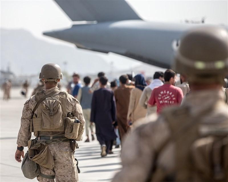 美國總統拜登撤軍阿富汗的決定備受輿論抨擊和質疑,中國事務專家梅惠琳對此表示,反對結束美阿戰爭或許有其他理由,但中國對台海問題造成的影響不該是其中之一。(圖取自facebook.com/marines)
