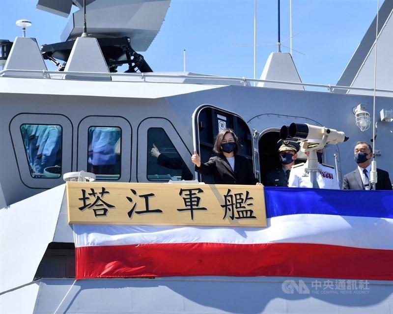 總統蔡英文(左)9日赴蘇澳中正基地,主持「海軍塔江艦成軍暨快速布雷艇交艇典禮」,登艦巡視。蔡總統在塔江艦上應媒體要求、豎起拇指比「讚」。中央社記者王飛華攝 110年9月9日