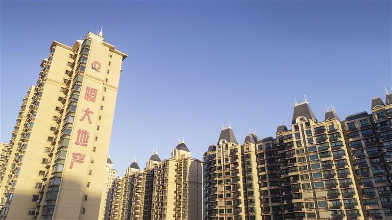 中國房地產龍頭恆大集團的財務危機不僅令投資人心慌慌,同時揭露中國房地產業的不穩固性。(中新社)