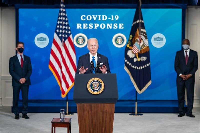 美國總統拜登(中)9日表示,將要求所有聯邦政府員工接種COVID-19疫苗。(圖取自facebook.com/POTUS)