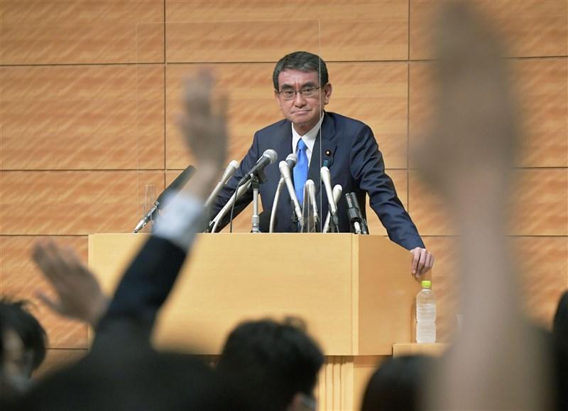 NHK報導,行政改革大臣河野太郎(後)10日正式宣布,將參選牽動下任首相的執政黨自民黨總裁(黨主席)選舉。(共同社)