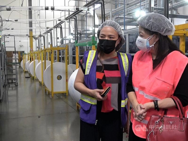 來自台灣的俞宗明(Alan Yu)在美創立飲料品牌樂立杯之後,跨足餐飲耗材的製造,打入主流市場。圖為執行長王姿容(左)與台美商會會長劉雅薇。中央社記者林宏翰洛杉磯攝  110年9月11日