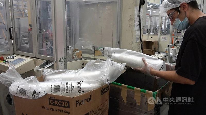 來自台灣的俞宗明(Alan Yu)在美國創立的飲料品牌樂立杯,20年來成為跨足餐飲耗材的製造與供應商,圖為廠房中的塑膠杯。中央社記者林宏翰洛杉磯攝  110年9月11日