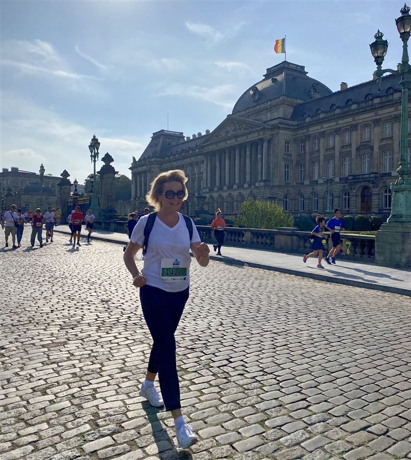 比利時首都布魯塞爾年度盛事20公里路跑賽12日登場,比利時王后瑪蒂爾德(前)一身便裝參加步行組,成為最大亮點。(圖取自twitter.com/MonarchieBe)