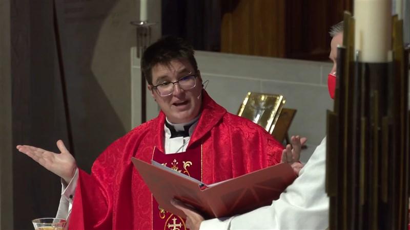 美國福音信義會11日在舊金山知名教堂慈恩堂舉行儀式,任命史上首位公開跨性別身分的主教。(圖取自 Grace Cathedral San Francisco YouTube頻道網頁youtube.com)