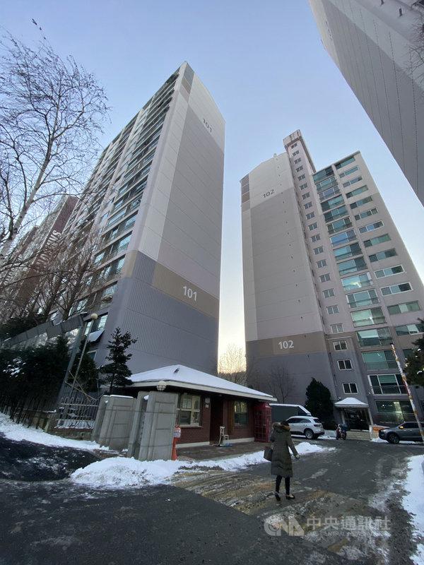 韓國政府慣常以新都市開發作為提高住屋供給、抑制房價手段,現在也正在推動第3期新都市開發計畫。圖為首爾市內大型公寓,攝於110年1月7日。中央社記者廖禹揚首爾攝 110年9月12日