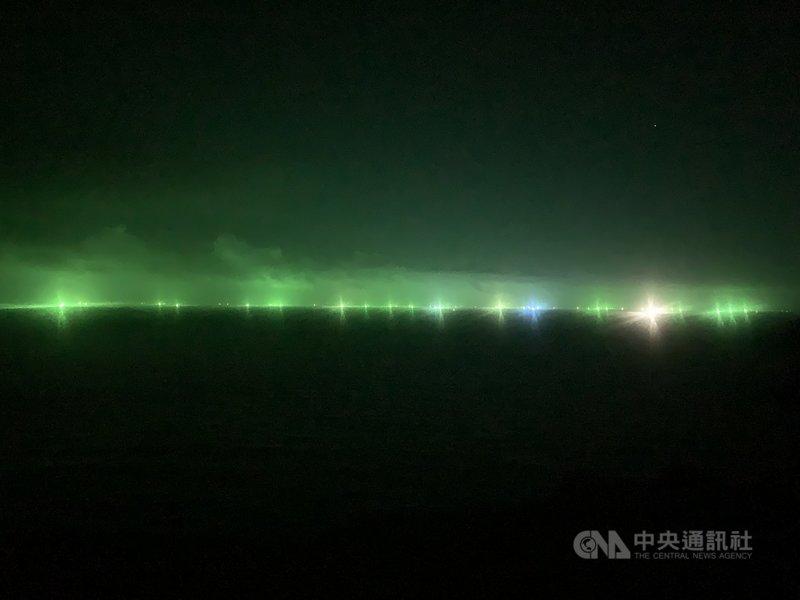 鎖管捕撈季到,馬祖受周邊漁船綠色光害影響,有時連岸上也被照得燈火通明,民眾戲稱馬祖極光。圖為8日北竿大坵島海上狀況。中央社記者邱筠攝  110年9月13日