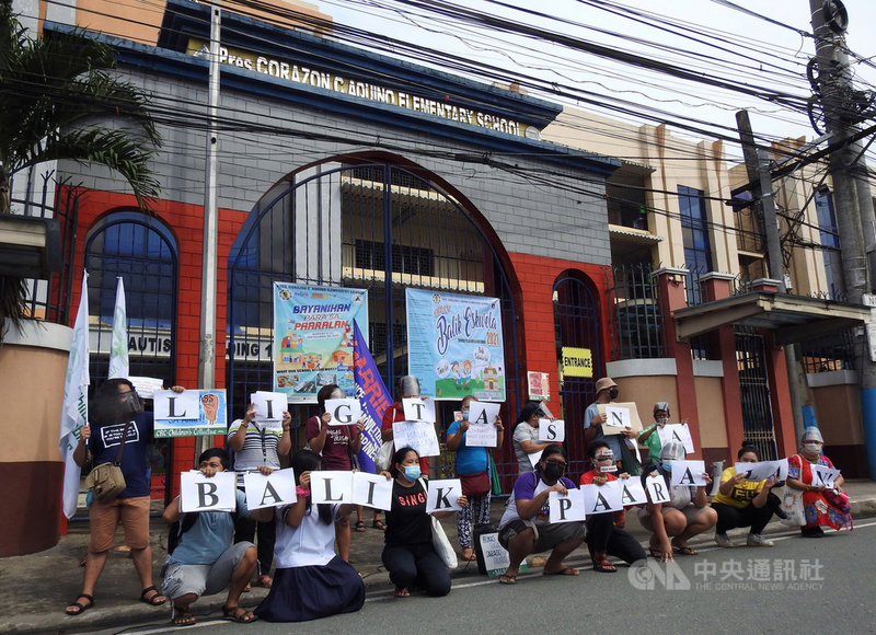 兒童關懷世代聯盟、左翼婦女組織「嘉布瑞拉」青年部等團體13日號召學生和家長前往馬尼拉都會區一所小學抗議,菲律賓學生快兩年無法到校上課,希望政府盡快開放實體課程。中央社記者陳妍君馬尼拉攝 110年9月13日