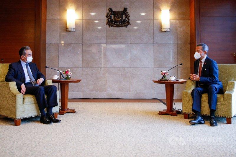 中國外交部長王毅(左)13日抵達新加坡訪問,拜會星國外交部長維文。(新加坡外交部提供) 中央社記者侯姿瑩新加坡傳真 110年9月13日