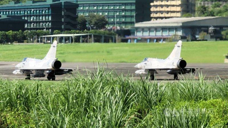 漢光37號演習13日展開,空軍幻象2000戰機掛載ASTAC電子情報偵察莢艙降落花蓮佳山基地。(民眾提供)中央社記者李先鳳傳真  110年9月13日
