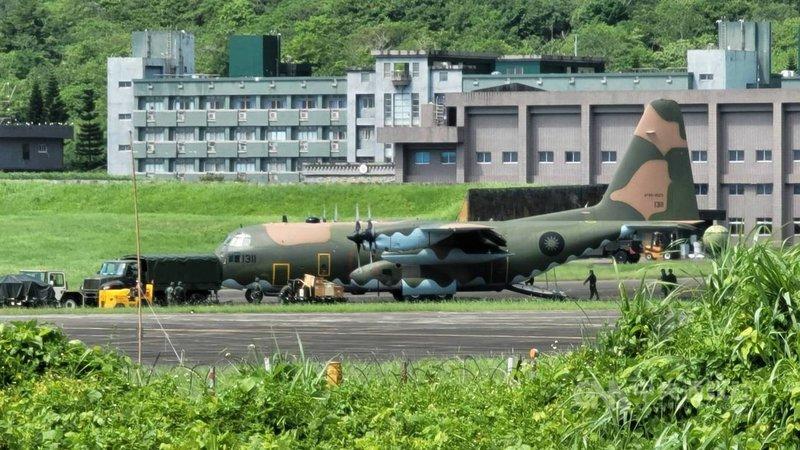 漢光37號演習13日展開,空軍幻象戰機與F-16V型戰機飛往東部進行「戰力保存」及後續「戰力部署及支援」;C-130運輸機(圖)也起落進行整補作業。(民眾提供)中央社記者李先鳳傳真 110年9月13日