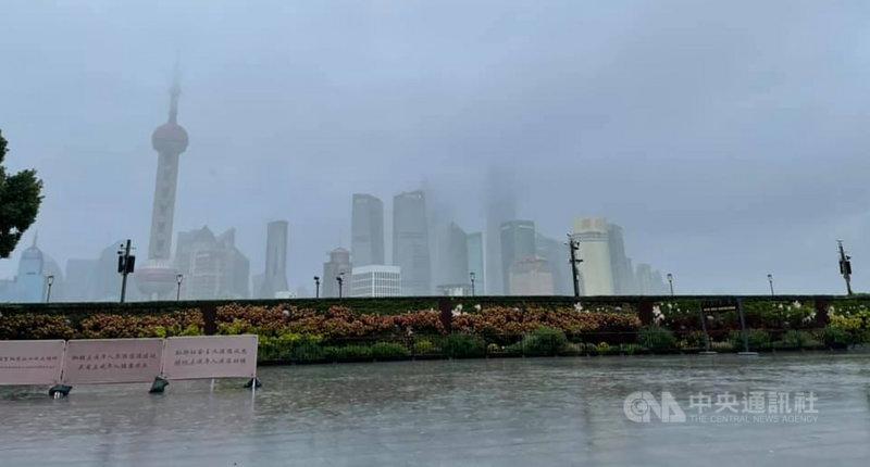 颱風璨樹與上海的距離越來越近,圖為上海外灘,受到雨勢影響,建築都籠罩在一片霧濛濛的水氣中。外灘觀景台也預防性封閉。中央社記者吳柏緯上海攝  110年9月13日