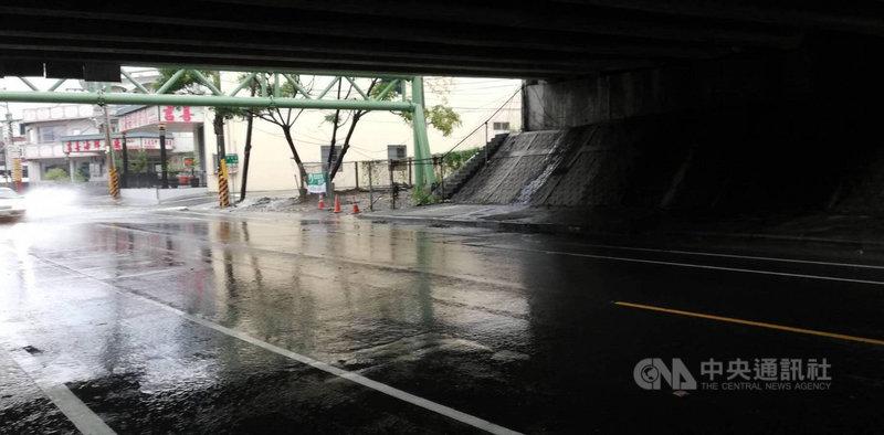 高雄岡山區13日上午1小時累積雨量逾70毫米最多,水利署發布一級淹水警戒。以往逢雨易淹的嘉峰路高速公路涵洞,並無出現積淹水情形。(高雄市水利局提供)中央社記者蔡孟妤傳真  110年9月13日