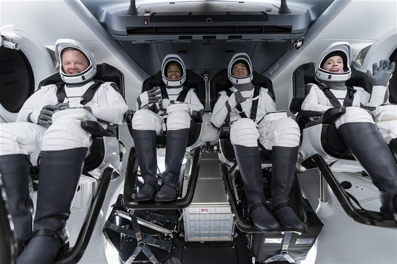 SpaceX本週將載送一支由4位平民組成的團隊飛向太空。(圖取自twitter.com/SpaceX)