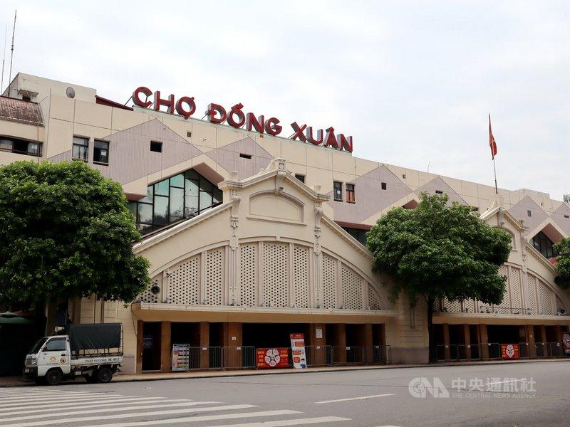 越南河內市有望於近日鬆綁COVID-19防疫行動限制,市內的同春市場(Cho Dong Xuan)在疫情前是國際旅客愛造訪的購物聖地。圖為防疫管制下暫停營業的同春市場,街頭空蕩蕩一片。中央社記者陳家倫河內攝  110年9月14日
