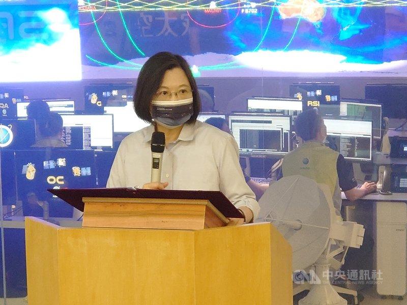 總統蔡英文14日前往國家太空中心視察,表示台灣有能力進軍太空市場,要把握衛星製造及地面設備系統商機,台灣要打造太空科技的國家隊。中央社記者張建中攝 110年9月14日