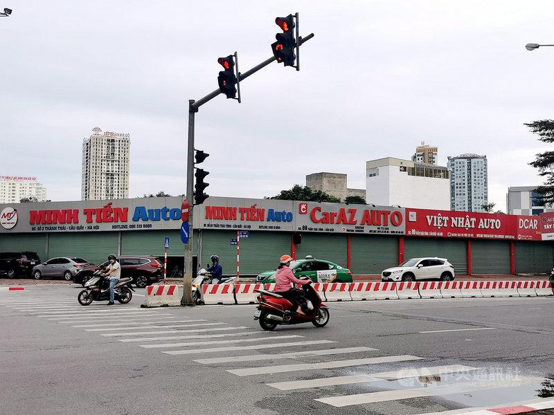 越南4月下旬爆發COVID-19本土疫情重創越南車市。圖為河內市紙橋區陳太宗(Tran Thai Tong)路上的汽車展售點因應防疫已經歇業超過2個月。中央社記者陳家倫河內攝  110年9月14日