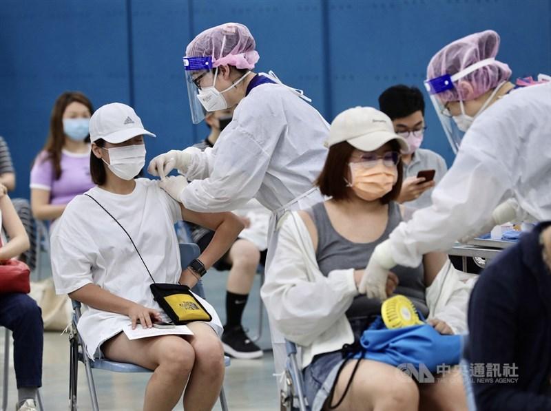 截至台灣13日晚間6時,全球至少2億2455萬8780例確診COVID-19。圖為北市大型疫苗接種站。(中央社檔案照片)