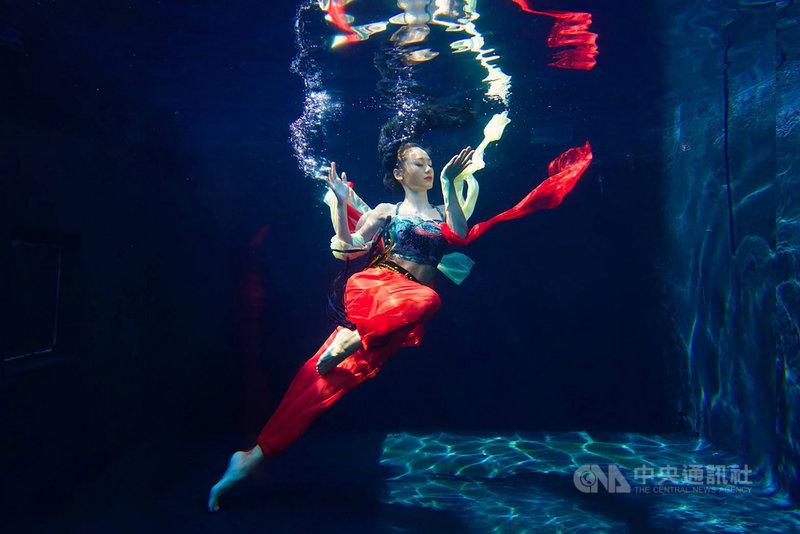 2021法國PX3攝影大賽得獎名單揭曉,苗栗縣籍攝影師曾進發勇奪1金8銅,其中金獎系列作品「水中舞蹈」(Water Dance)拍出水中舞者絕美舞姿,他14日受訪表示,除了考驗攝影技巧,也得靠老天爺賞臉。(曾進發提供)中央社記者管瑞平傳真 110年9月14日