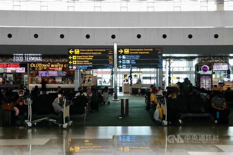 印尼疫情趨緩,管制措施將每週檢討放寬方式,但將加強邊境管制,入境旅客在8天隔離期間,需經過3次核酸檢測。圖為雅加達蘇卡諾哈達國際機場。中央社記者石秀娟雅加達攝 110年9月14日