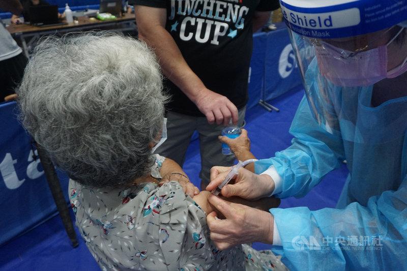 金門縣再獲配8600劑AZ疫苗,14日到貨,15日起將針對第1劑AZ疫苗接種滿10週者施打第2劑,並開放18歲至22歲民眾接種第一劑。中央社記者黃慧敏攝 110年9月14日