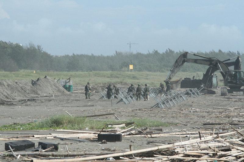 漢光37號演習第四作戰區灘岸阻絕工事設置演練14日下午在台南南區沙灘登場,由工兵部隊執行5道防禦工事構築。中央社記者楊思瑞攝  110年9月14日