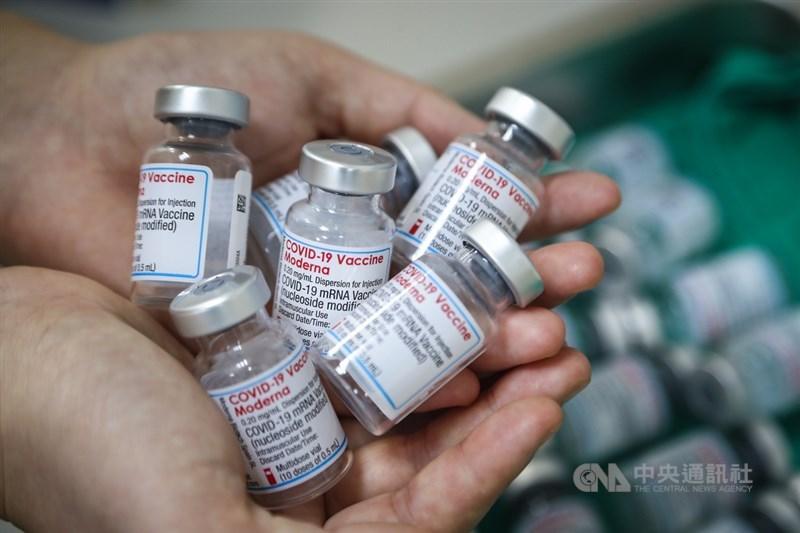 關於第2劑莫德納疫苗,指揮中心指揮官陳時中14日說,接種時間將近,9月中旬開始就有較大需求,疫苗到貨會盡快開放。(中央社檔案照片)